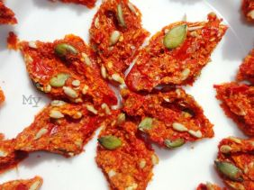 Dried pepper and seeds crackes